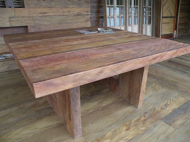 Mesa quadrada preparada em madeira de demoli??o. Madeira de ...