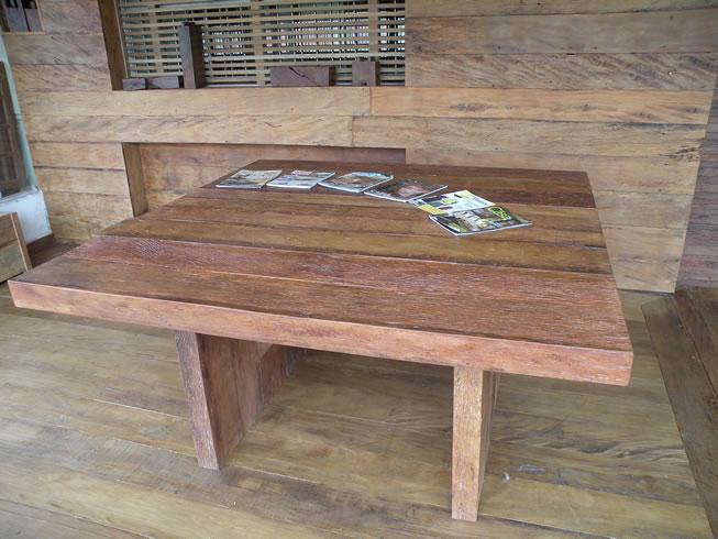 mesa jardim quadrada:mesa quadrada preparada em madeira de demolição mesa