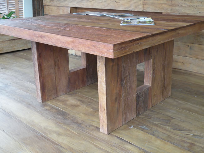 mesa jardim quadrada:Mesa quadrada preparada em madeira de demolição.