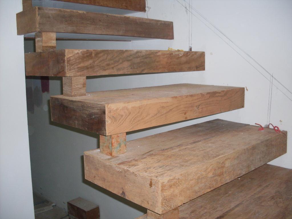 Escadas em madeira de demolição e cruzetas de madeira. Madeira de  #886443 1024x768 Balcão Para Banheiro Em Madeira De Demolição