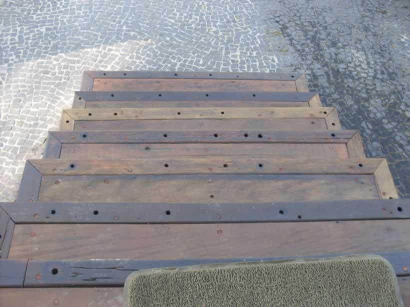 escada jardim madeira:Escadas em madeira de demolição e cruzetas de madeira.
