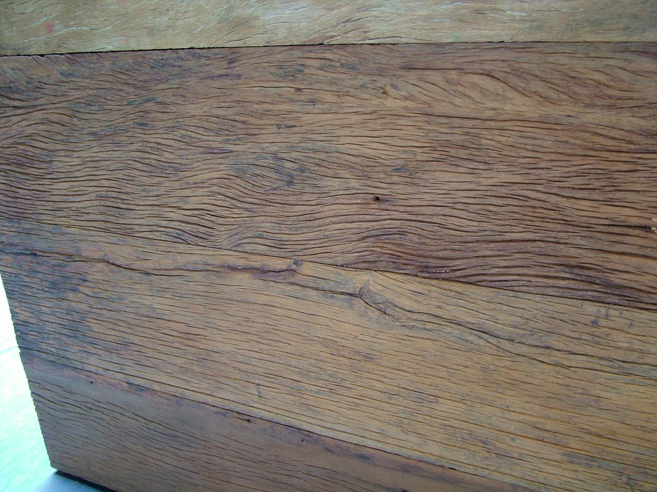 sobre o aparador feito de madeira de demolição esta um tampo para  #09C2A5 1280x960