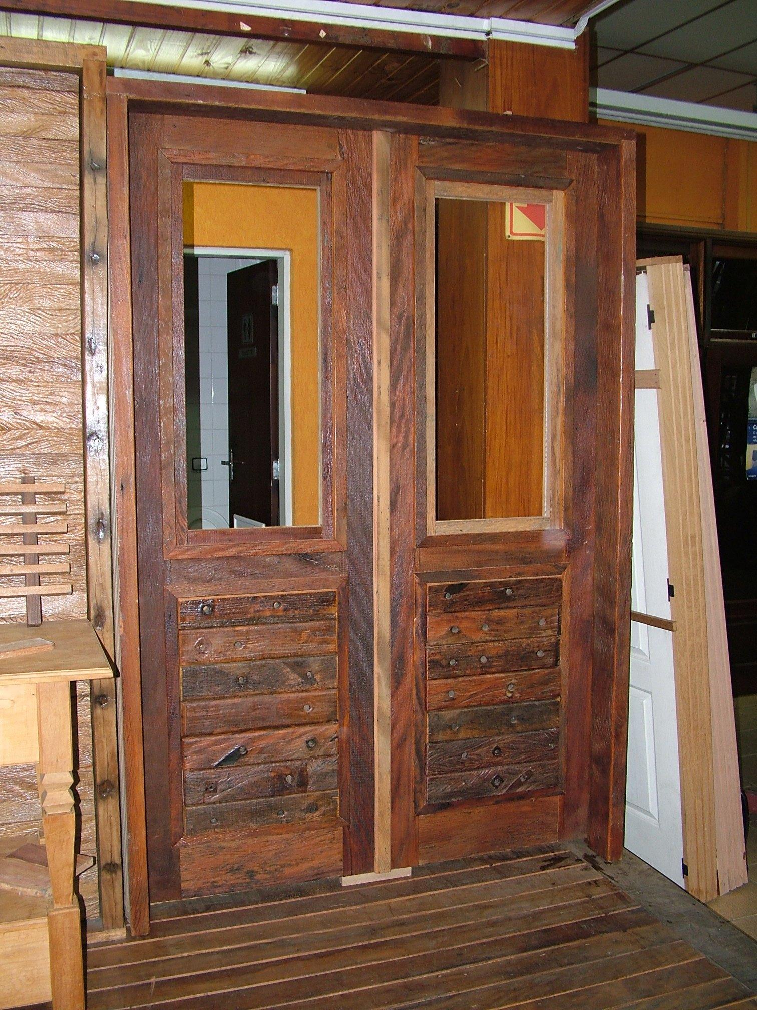 #9C662F  Porta de entrada em madeira de demolição e cruzetas de madeira 474 Janelas Duplas Madeira