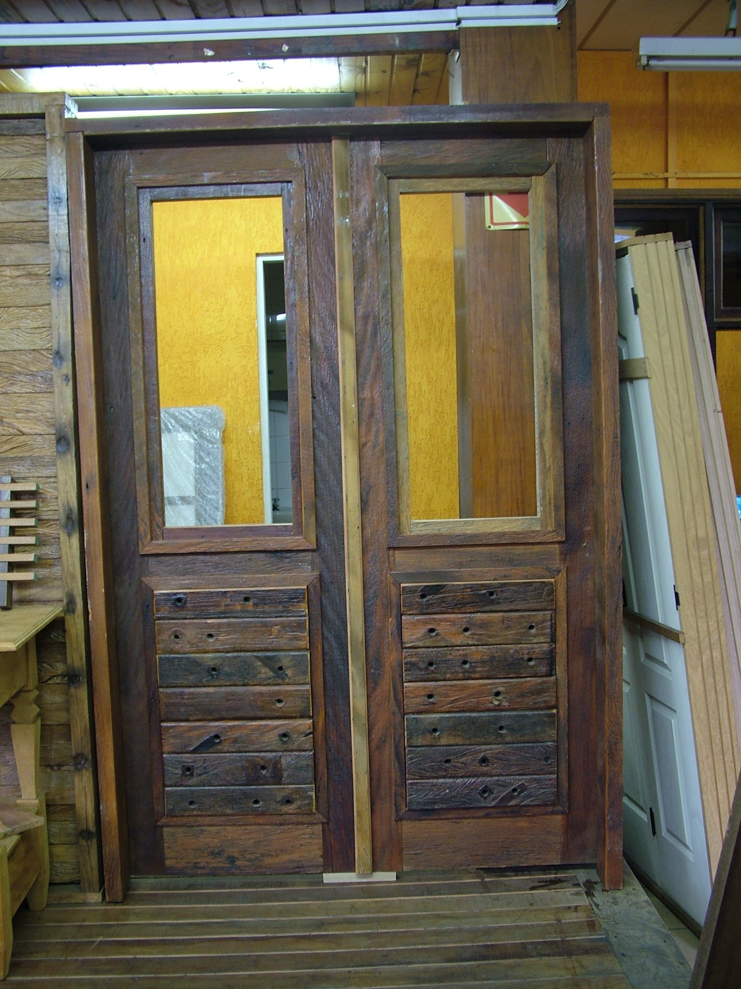 #AD981E  Porta de entrada em madeira de demolição e cruzetas de madeira 468 Janelas Duplas Em Madeira