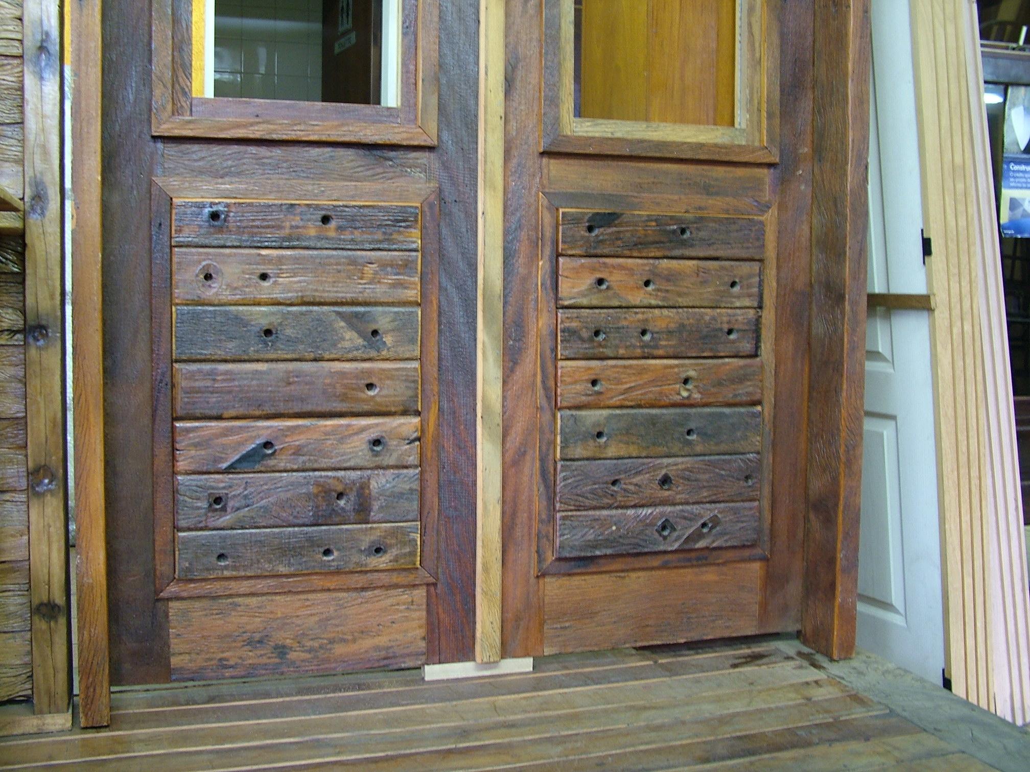 #7C6643  Porta de entrada em madeira de demolição e cruzetas de madeira 474 Janelas Duplas Madeira