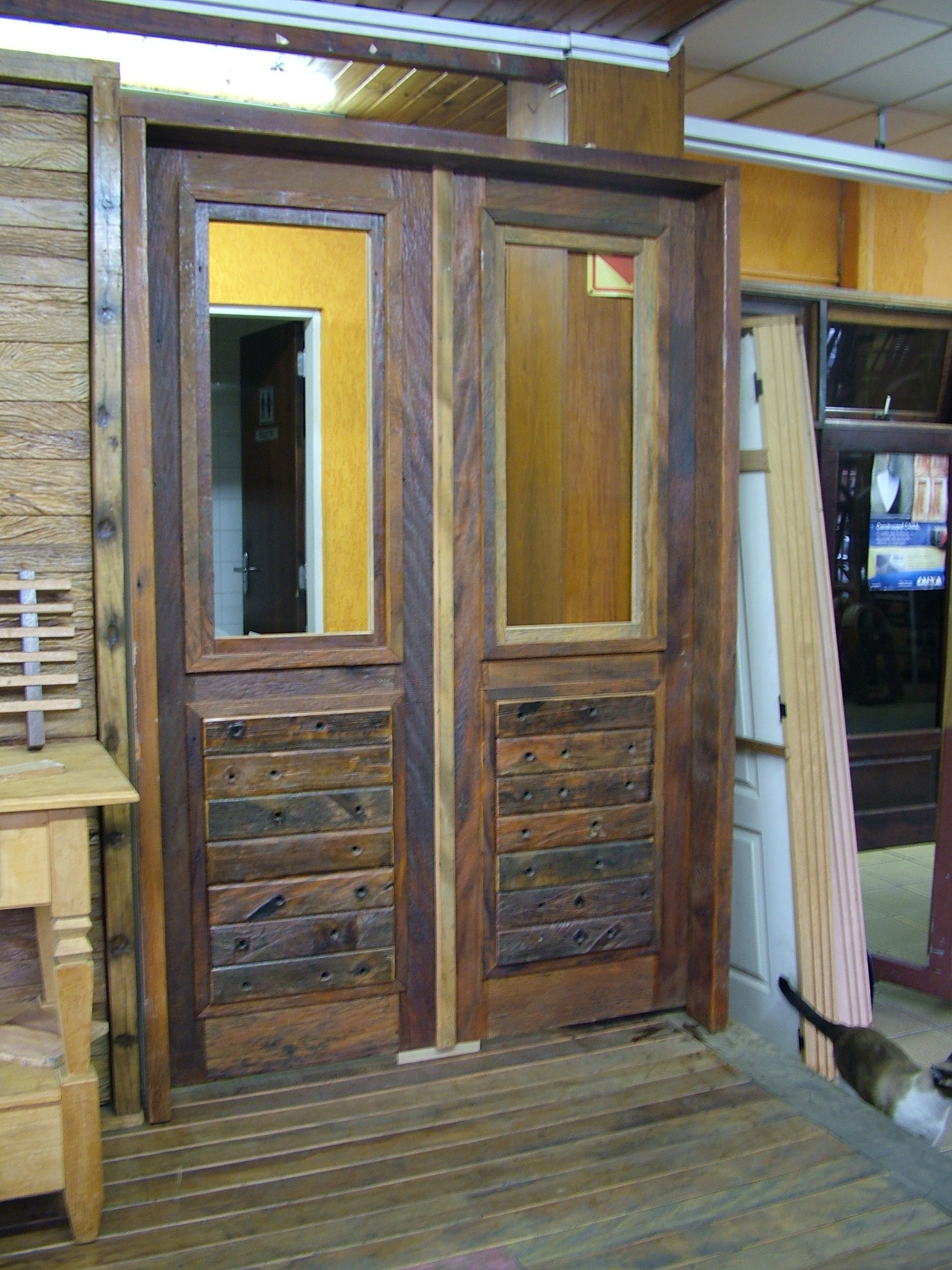 #897B42  Porta de entrada em madeira de demolição e cruzetas de madeira 420 Janelas De Vidros Gabriel Diniz