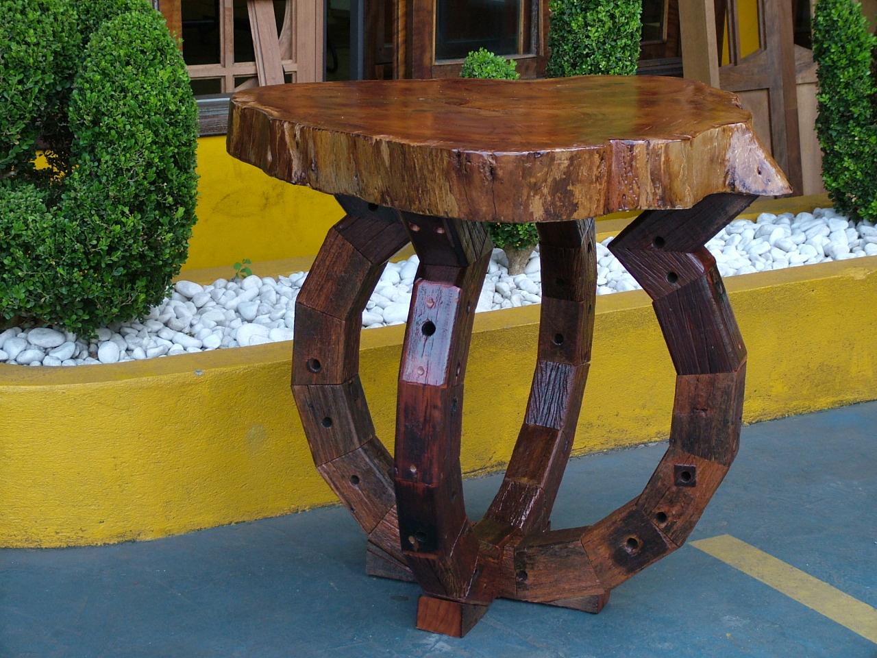 Mesa de madeira – pés em cruzetas de madeira com tampo maciço  #A78E24 1280x960