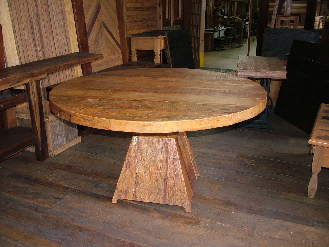 em madeira de demolição projetada com um tampo redondo de 1 50m de  #B96F12 1280x960