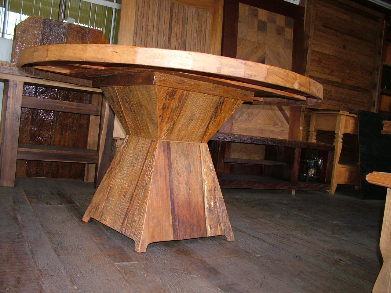 em madeira de demolição projetada com um tampo redondo de 1 50m de  #AF611C 1280x960