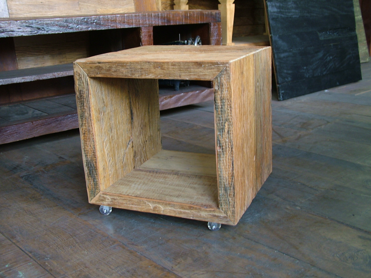 rústicos móveis em madeira de demolição cubos em madeira de  #8D6A3E 1280x960
