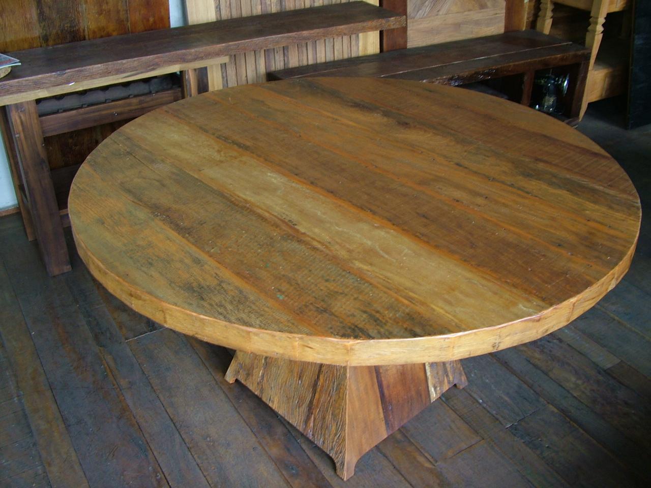 em madeira de demolição projetada com um tampo redondo de 1 50m de  #9F762C 1280x960