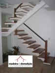 Escada revestida em madeira